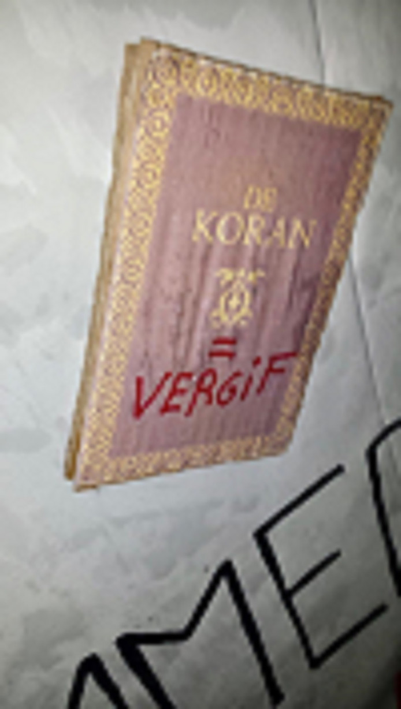 Op het spandoek is onder meer 'de Koran is vergif' te lezen.