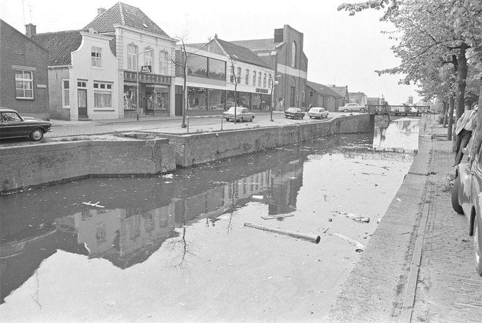 De Zevenbergse haven werd door de eeuwen heen ook gebruikt als riool en vuilstort. Deze foto is van rond 1970.