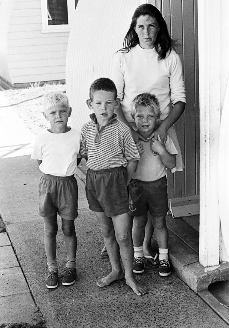 De moeder van Cheryl en de drie broers van het meisje.