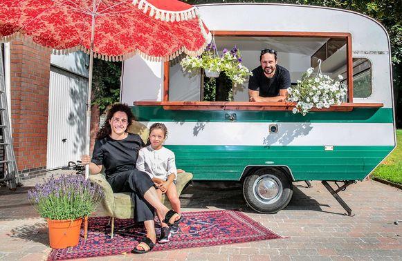 Fanny Leenknecht (links) opent een tijdelijke zomerbar in het Tiegembos.