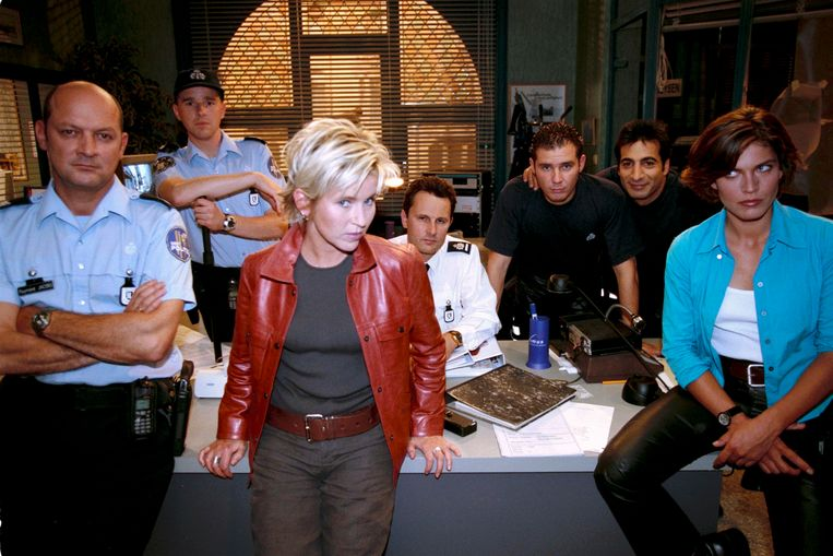 Andrea Croonenberghs (tweede van links) als Britt in 'Flikken'.
