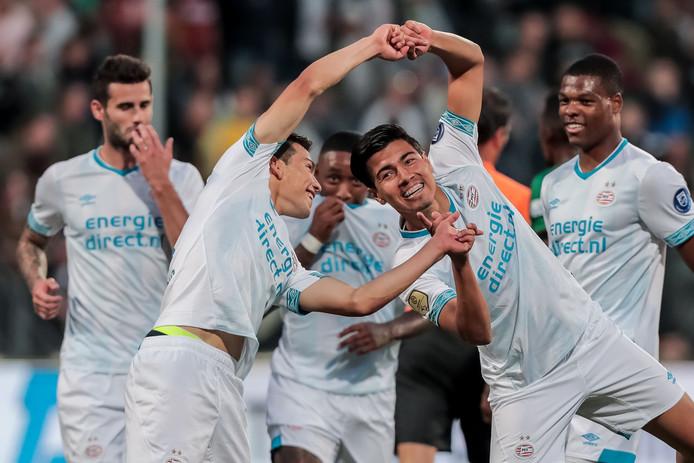 Érick Gutierrez en Hirving Lozano vieren met de rest van PSV de 0-4 tegen ADO.