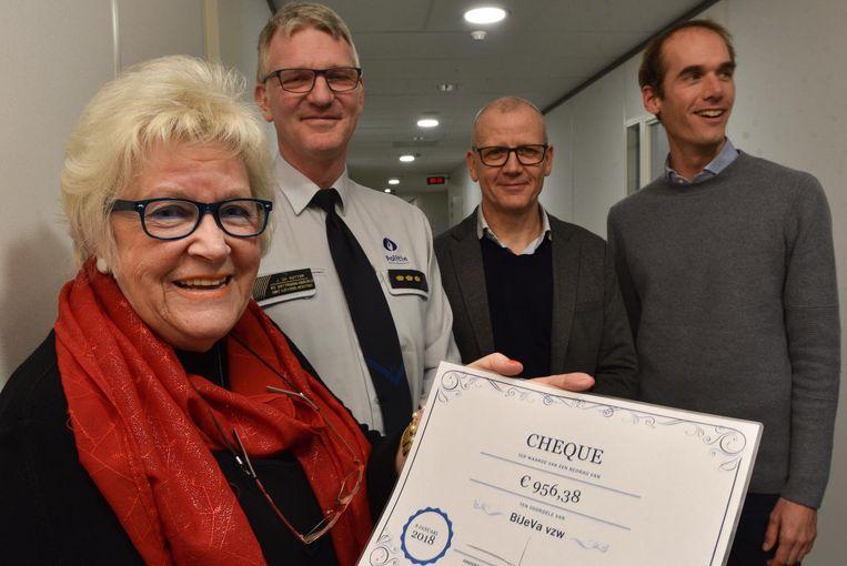 V.L.N.R.: Anny De Windt, politiechef Jan De Sutter, commissaris Peter Souffriau en Zottegems burgemeester Jenne De Potter met de cheque van 900 euro.