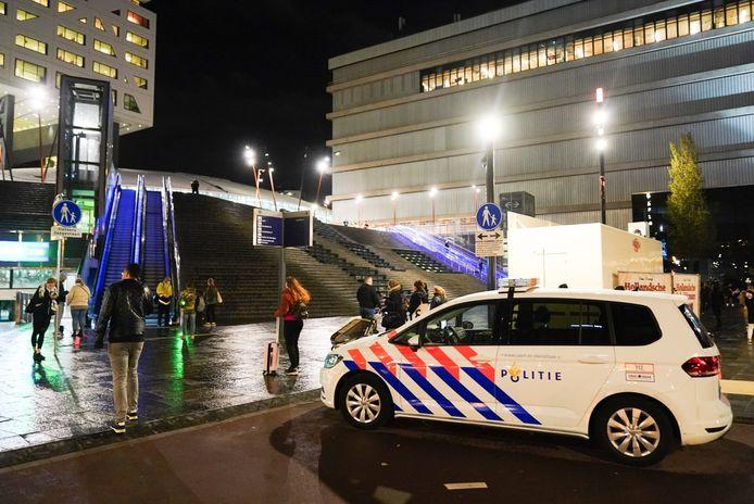 Politie op het Jaarbeursplein. Bovenaan de trappen is Utrecht CS. Het station werd eerder vanavond ontruimd.