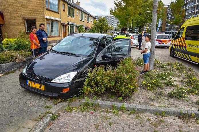 Een auto op de Sterrenlaan in Alphen is vanmiddag tegen een geparkeerde auto aangereden, nadat de bestuurder onwel werd.