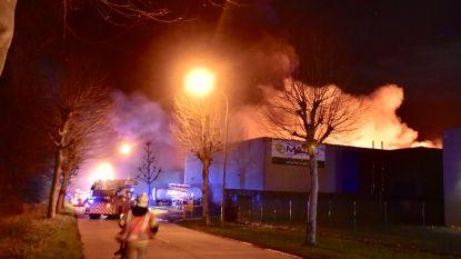Zware brand legt chemisch bedrijf in Waregem in de as: brandweer blijft inwoners aanraden om ramen en deuren gesloten te houden
