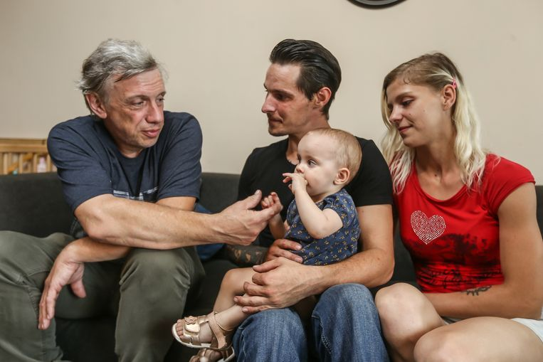 Bailey van Asch op de schoot van haar papa Dimitri en mama Cindy kijkt naar haar redder Ludo Bleyweert.