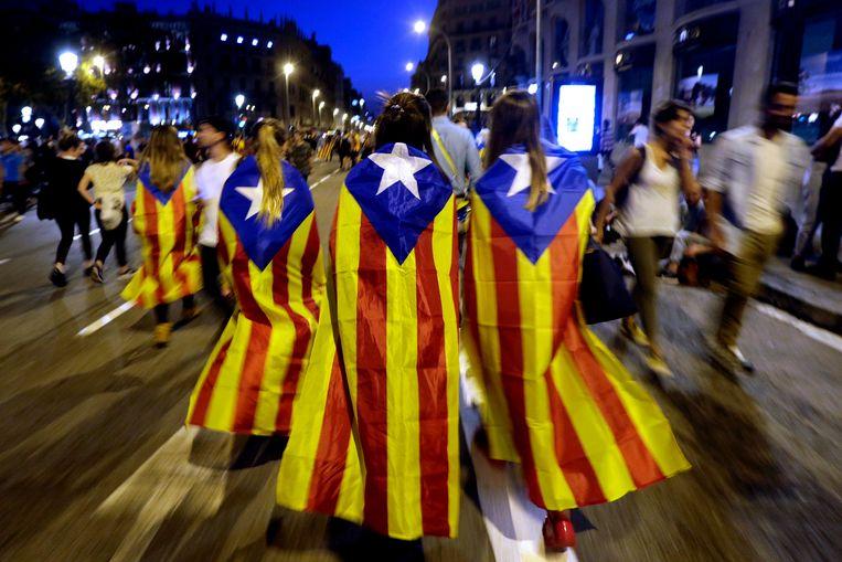 Catalanen in de 'estalada'-vlag tijdens een protestactie tegen het politiegeweld van het voorbije weekend tijdens het referendum rond Catalaanse onafhankelijkheid.