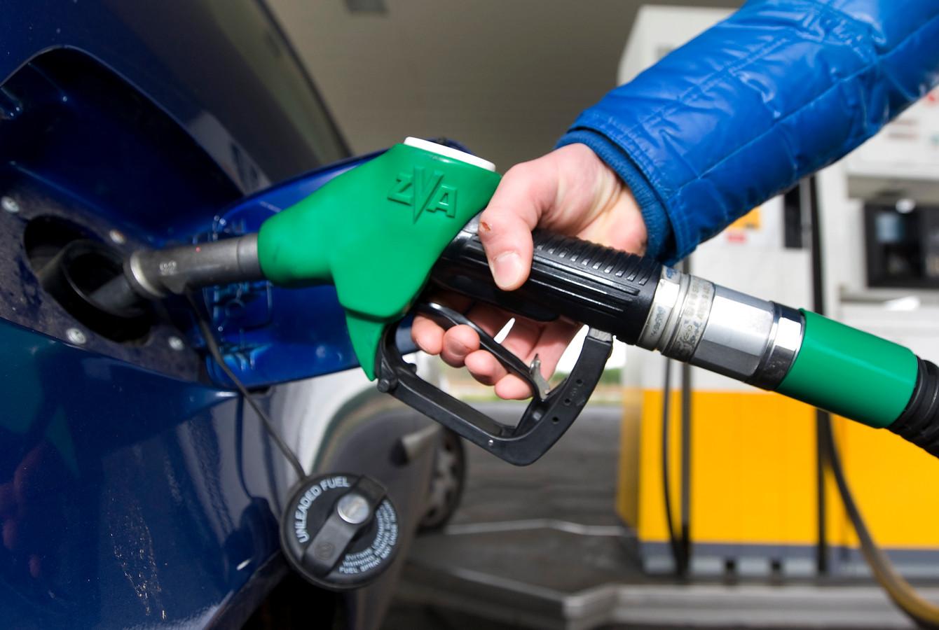 Een automobilist vult zijn tank