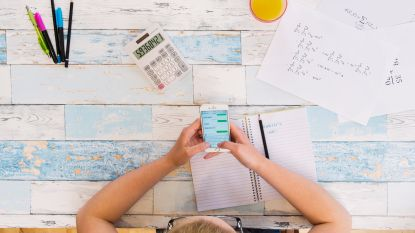 """Crevits tegen smartphoneverbod op school: """"Scholen bepalen zelf wanneer leerlingen hun smartphone mogen gebruiken"""""""