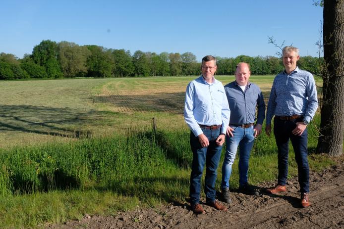 Martin Wiltink, Jeroen Groothuis en Erik Volmerink, met op de achtergrond landbouwgrond waarvan straks een deel als natuurgrond bij de Reutummer Weuste wordt aangetrokken.