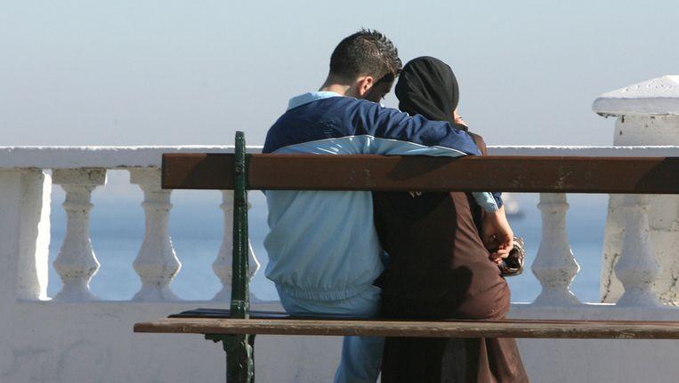 Een jong stel in Algerije. Door een campagne van de Algerijnse overheid in 2006, werd het taboe op condoomgebruik langzaam minder. Beeld AFP