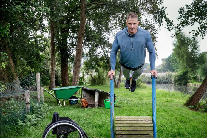 Jetze Plat doet oefeningen in zijn tuin in Vrouwenakker.