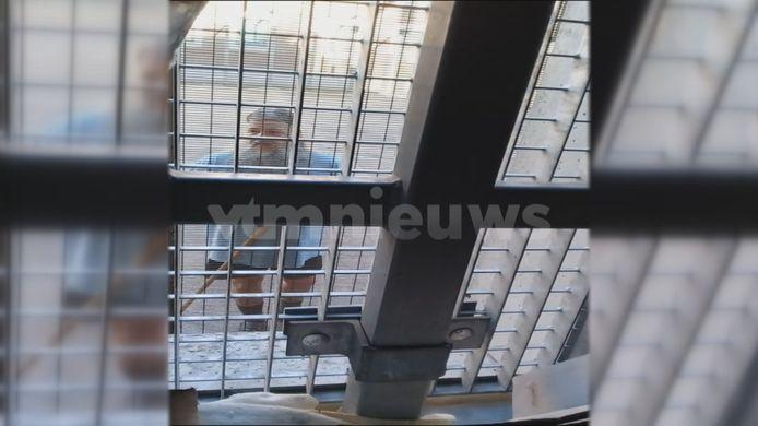 Sur les images prises l'été dernier par un codétenu et diffusées par Telefacts, Marc Dutroux porte une longue barbe et de longs cheveux gris