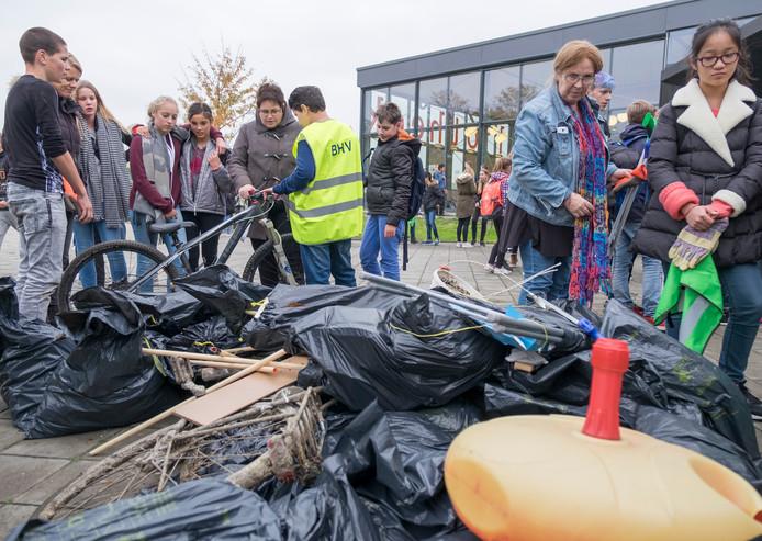 Leerlingen van de Pieter Zeeman in Zierikzee verzamelen één keer per jaar de troep langs de snoeproute en omgeving van de school. Op de foto een deel van de buit in 2016, na een uurtje zoeken.