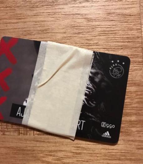 Ajax-fan knipt jaarkaart doormidden na verlies tegen Heracles: 'Tot woensdag!'