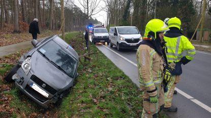 Auto belandt in gracht langs Herentalsesteenweg