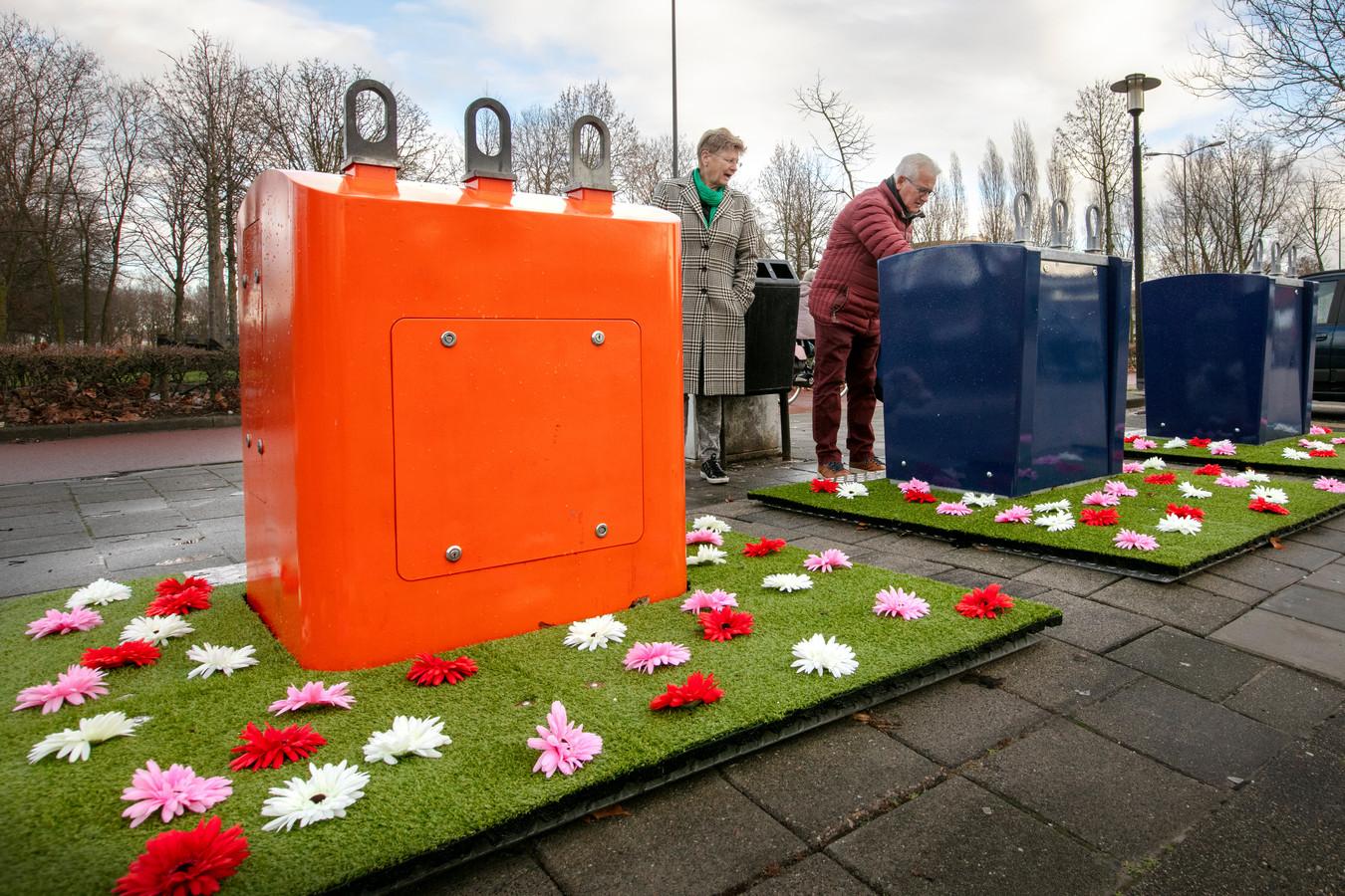 De containers in de Helftheuvel zijn versierd met een bloementuintje. Mensen worden er in ieder geval vrolijk van.