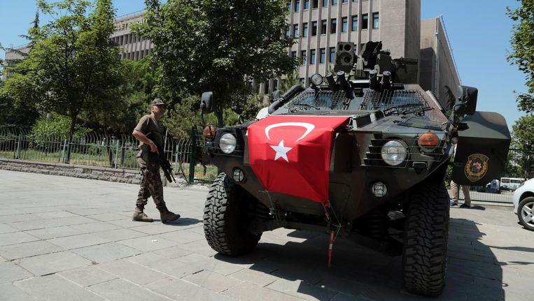 Militairen patrouilleren bij een gerechtsgebouw in Ankara. Beeld ap