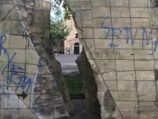 Emmer oorlogsmonument en gemeentehuis beklad met leuzen