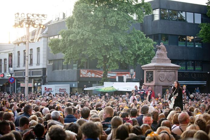 Joan Franka  was een van de artiesten die optrad in 2012, midden op de Oude Markt.