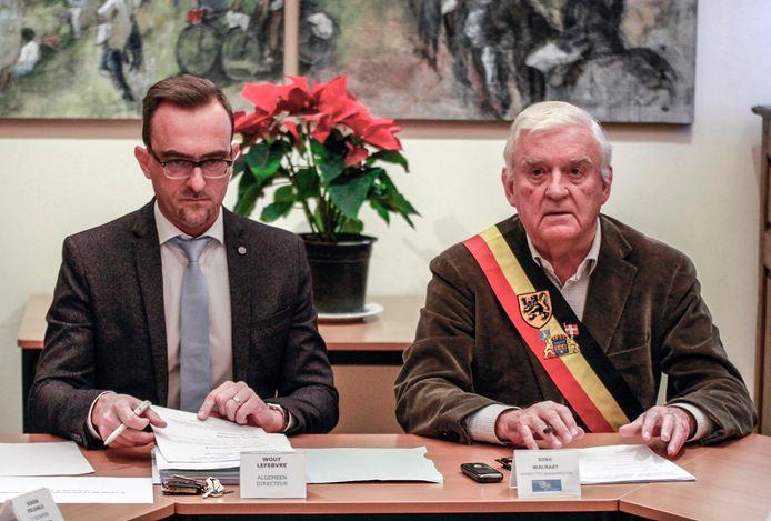 Burgemeester Dirk Walraet (rechts), hier op een archiefbeeld met Wout Lefebvre (algemeen directeur van de gemeente), maakt zich zorgen.