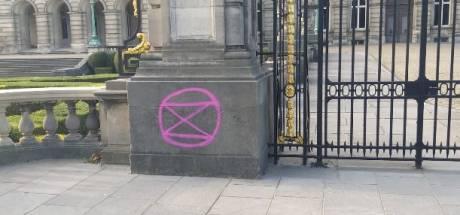 Des militants pour le climat laissent des tags sur les murs du Palais royal