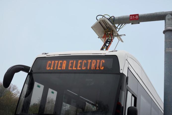 Een elektrische bus van VDL aan een oplader.