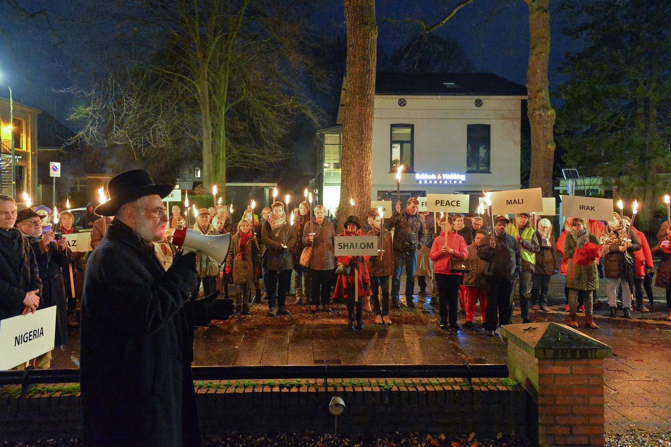 Opperrabbijn Binyomin Jacobs sprak de deelnemers toe voor de synagoge aan de Paslaan.