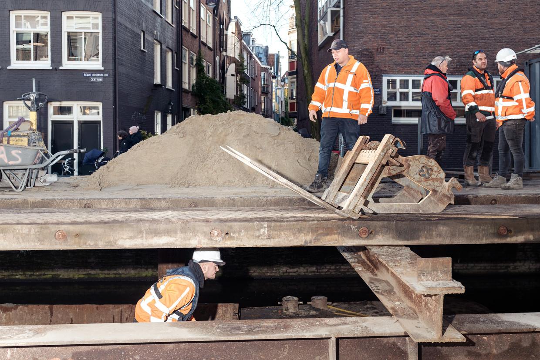 De zwaar verwaarloosde bruggen en de kademuren in heel Amsterdam zijn er beroerd aan toe. Beeld Jakob van Vliet