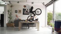 Oostenrijker showt gekste fietsstunts vanuit zijn kot