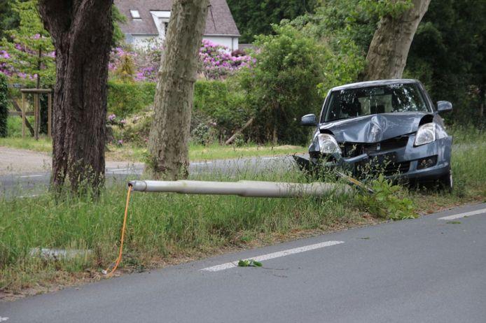 In Wierden heeft een auto een lantaarnpaal volledig uit de grond gereden.