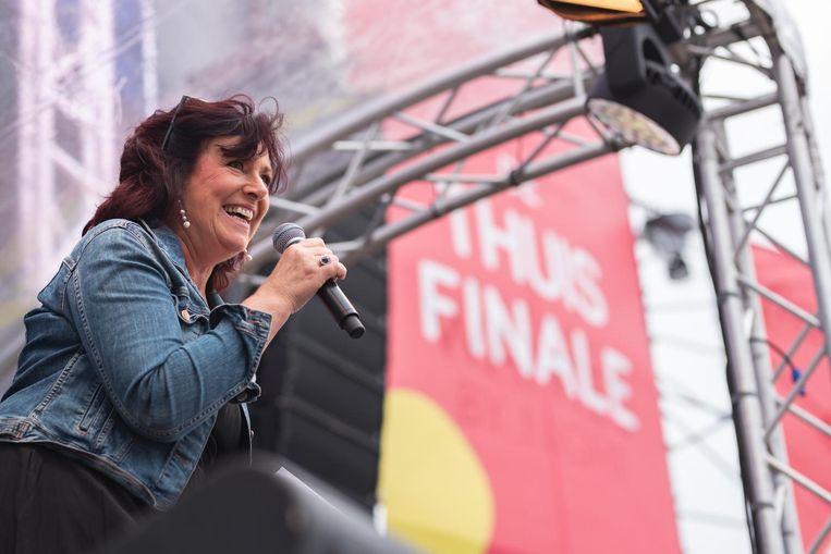 Annick Segal spreekt de menigte toe.
