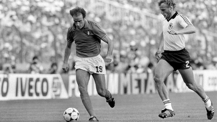 Hans-Peter Briegel (r) en Francesco Graziani in de WK-finale van 1982. Beeld afp