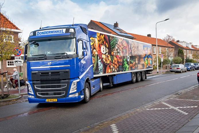 Een vrachtwagen moet een ruime draai kunnen maken om de smalle doorgang aan de Tweede Oude Heselaan te kunnen nemen.