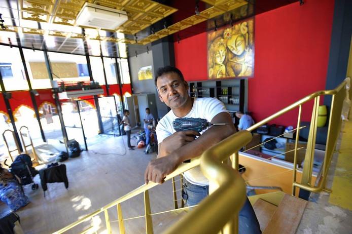 Eigenaar Dipu Molla in zijn nieuwe restaurant aan de Brinklaan. Foto Maarten Sprangh