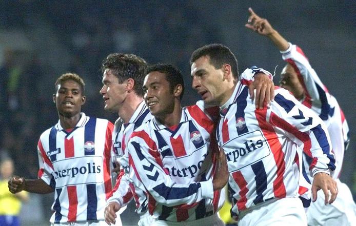 Vreugde bij Willem II nadat Mariano Bombarda (2e van rechts) de stand op 2-0 heeft gebracht tegen RKC op 17 oktober 1999.