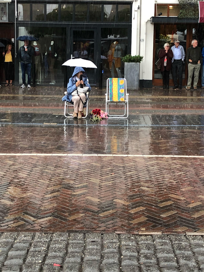 Het was door de regen niet altijd makkelijk om de wandelaars aan te moedigen.