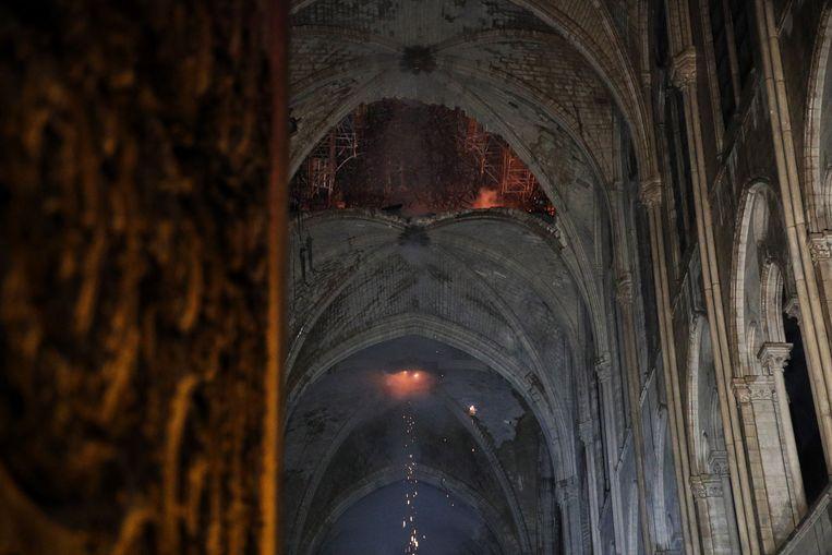 De ineenstorting van de spitsboog veroorzaakte wellicht dit grote gat in een van de plafondgewelven.