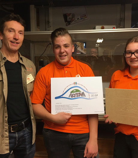 Leerlingen Willem van Oranje College onthullen 'nieuw logo' nieuwe gemeente Altena