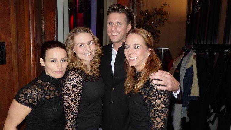 Daar is ie, de man van de avond: Lammert de Bruin, hier met zus Aukje (rechts), haar vriendin Peggy (links) en nichtje Wieke. 'Het zijn toch net Charlies Angels?' Beeld Schuim
