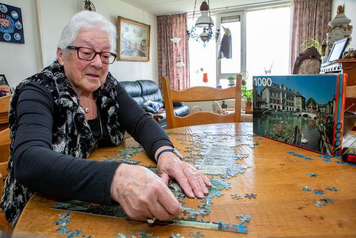 Luus Verdult (86) uit Hoogerheide is thuis maar aan het puzzelen geslagen. Tot haar verdriet zijn rikken en bridge gestaakt vanwege de coronabesmettingen. Ze is daardoor veel meer aan huis gekluisterd dan haar lief is.