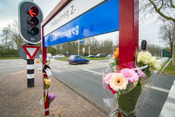 Op de kruising waar 10 maart de 8-jarige Milan om het leven kwam in Nieuwegein lagen wekenlang bloemen bij het straatnaambord.