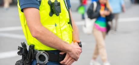 Boa's in de regio de straat op met bodycam en handboeien, nog geen wapenstok en pepperspray