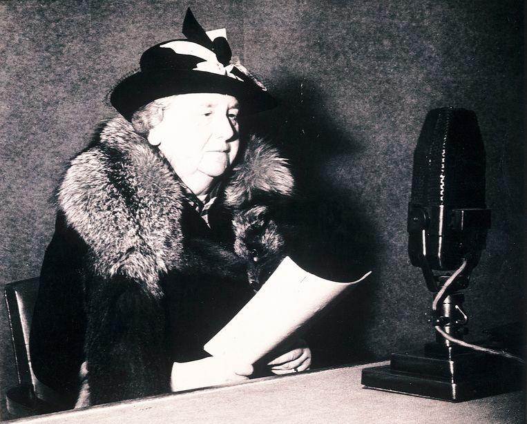 Wilhelmina spreekt in de studio haar toespraak in voor Radio Oranje.  Beeld ANP
