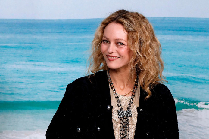 French actress Vanessa Paradis poses during a photocall prior to the Chanel Spring-Summer 2019 Ready-to-Wear collection fashion show at the Grand Palais in Paris, on October 2, 2018. (Photo by FRANCOIS GUILLOT / AFP)