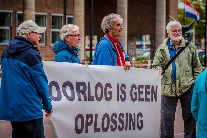 Actievoerders van Enschede voor Vrede waarschuwen Hengelo tegen het dreigende oorlogsgeweld in het Middellandse Zee-gebied.