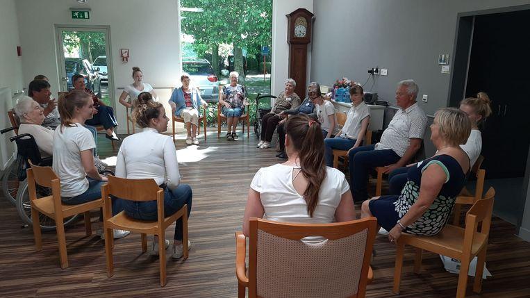 De inwoners van WZC Henri Vander kregen verschillende workshops. De bewoners genoten onder meer van workshops landschapsschilderen, fotografie, theater en werken met klei.