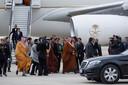 De Saoedische kroonprins Mohammed bin Salman (midden) in april 2018 op het vliegveld in Madrid. De onderste persoon op de vliegtuigtrap is Maher Abdulaziz Mutreb, één van de verdachten in de vermissing van Jamal Khashoggi.