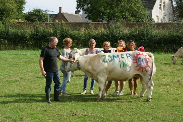 Zelfs enkele koeien in het weiland van Rinus van Mil konden niet aan 'de zomerkoorts' in het dorp ontsnappen.